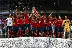 En battant l'Italie en finale de l'Euro 2012, l'Espagneest entrée dans la légende. Le 1er juillet à Kiev, l'équipe battait des records historiques en remportantson troisième titre majeur d'affilée avec le plus gros scorede tous lestempsen finale d'un Euro (4-0).De Kiev à Mexico en passant bien-sûr par l'Espagne, des milliers de supporters ont célébré l'écrasante victoire de la Roja.Petit tour des festivités en images.Réalisation: Gaëlle Labarthe