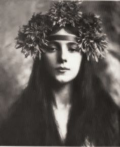 Evelyn Nesbit. Photograph by Rudolf Eickemeyer Jr., 1901. (or photographer Gertrude Käsebier?)