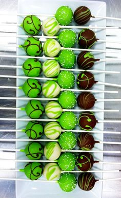 Cake Pops ganz in Grün I irish cream cake balls. Change the color of the icing and chocolate to suit the event. Perfect for a shower, lunch or a football game! Cakepops, Yummy Treats, Sweet Treats, Green Cake, Good Food, Yummy Food, Fun Food, Delicious Recipes, Food Art