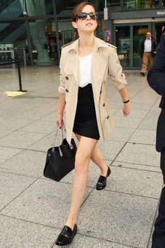 Tenue de Emma Watson: Trench beige, Top sans manches blanc, Minijupe noire, Slippers en cuir noirs