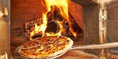 Quem resiste a uma pizza de massa bem fina, feita com os ingredientes mais frescos do mercado, cozida num forno a lenha?