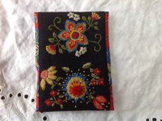 Inspired by Scandinavian wool embroidery, I made this etui for calling cards Scandinavian Embroidery, Swedish Embroidery, Embroidery Motifs, Crewel Embroidery, Wool Quilts, Crazy Patchwork, Sampler Quilts, Calling Cards, Amulets