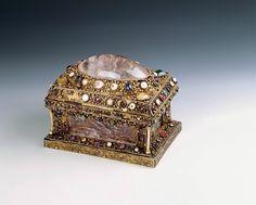 Coffret reliquaire: Trésor de la cathédrale de Moûtiers en Tarentaise, Savoie, vers 1200 De l' Egypte pour le coffret en cristal de roche. Allemagne pour la monture en orfèvrerie. Cristal de roche. Monture en argent doré, filigrane, gemmes et perles, ivoire. L. 14,8 ; H. 11,3 ; prof. 9,7 cm. Numéro d'inventaire : MR 11661. Paris, Musée de Cluny © RMN Droits Réservés.
