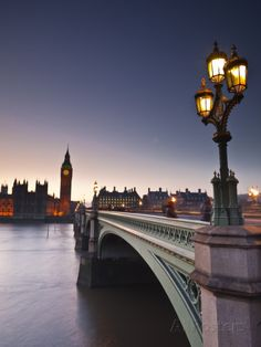 Looking across the River Thames Towards the Houses of Parliament and Westminster Bridge, London, En Impressão fotográfica