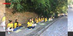 """İstanbul'da yogalı Çin protestosu: İstanbul Sarıyer'deki bina önünde bir araya gelen grup """"Stop Çin'deki Falun Gong zulmünü durdur"""" """"Çin'deki zorla canlı organ toplamayı durdur"""" """"Dünyanın doğruluk-merhamet-hoşgörüye ihtiyacı var"""" yazılı pankartları taşıdı. Kendilerine Falun Dafa uygulayıcıları adını veren grup adına açıklamada bu..."""