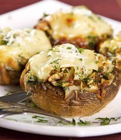 A delicious, cheesy, and savory vegetarian version of the classic Italian dish even meat lovers will enjoy. Start with large portobello mushrooms grilled until tender. Then bake them in tomato and basil sauce with cheese, served over pasta. What's not to love? Mushroom Recipes, Vegetable Recipes, Mushroom Meals, Spaghetti With Spinach, Spaghetti Squash, Slimfast Recipes, Classic Italian Dishes, High Fat Foods, Stuffed Mushrooms