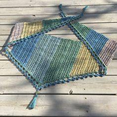Cirrussjalen är långsmal triangelsjal som passar bra till det varmare halvåret då den är luftig och inte blir lika tjock om halsen som en traditionell triangelsjal. Jag valde att göra min i fyra fä…