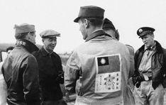 A Bomber Jacket e a Flight Jacket são jaquetas diferentes que ao longo do tempo acabaram sendo chamadas pelo mesmo nome. Surgiram da necessidade de um uniforme para pilotos que, em período de guerra, acabavam enfrentando temperaturas extremas dentro de seus aviões. A Bomber, originalmente feita em couro de cabra, foi desenhada para a Segunda Guerra Mundial em 1930. Já a Flight Jacket, teve as principais versões nas décadas de 50 e 60, utilizando materiais mais funcionais. Hells Angels, 1, Tigers, Aircraft, Men's Wardrobe, World War Two, Down Jackets, Pilots
