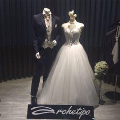 デニム生地のタキシードに、フロントに編み上げスタイルが斬新なドレス。 カジュアルだけど大人っぽく。