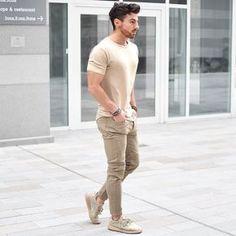 Homens Fortes, Dicas de E|stilo para Homens Fortes. Macho Moda - Blog de Moda Masculina: Homen Forte: 7 Dicas para Equilibrar o Visual. Dicas de Roupas para Homens Fortes. Homens Sarados. Moda Masculina, Moda para Homens, Roupa de Homem. Camiseta Bege, Calça Skinny marrom, Adidas Yeezy Boost 350, Sockless, Meia invisível