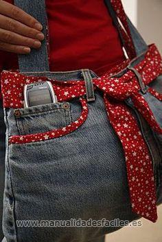 NECESITAREMOS: -un viejo vaquero -tela para forrar el bolso -aguja e hilo  recortamos los vaqueros justo por el tiro del pantalon, tal como se observa en la fotografia... lo giramos de revesy cosemos por el borde de ...