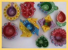 Diwali diya decoration ideas to celebrate the festival of lights – Diwali. Diwali diya decoration ideas to celebrate the festival of lights – Diwali. Diwali Diya Decoration include decorating diyas with colors, flowers and other decorative items etc. Kalash Decoration, Diwali Decoration Items, Diya Decoration Ideas, Handmade Decorations, Candle Decorations, Happy Diwali Images, Clay Wall Art, Diwali Diya, Indian Crafts
