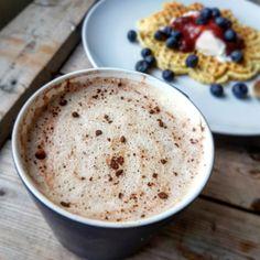 Denne er sikrere enn banken... absolutt! Fettkaffe høres helt forferdelig ut, men smaker helt magisk! Så dette trenger du til en stor kaffe: 1 kopp kaffe (2 dl) 2 egg (velg selv om du ønsker 1 eller 2) 1 stor ss smør 1 ts natreen flytende/annen søtning Noen dråper vanilje 1/2 dl kremf Lchf, Food And Drink, Pudding, Desserts, Tailgate Desserts, Deserts, Custard Pudding, Puddings, Postres