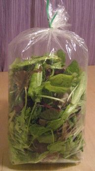 How To Store Salad Greens so they keep longer: blow into the bag and seal it tightly. The carbon dioxide helps keep the greens fresh longer. Also works for herbs. Who knew? // Salad Tips Get Healthy, Healthy Eating, Cuisine Diverse, Cooking Recipes, Healthy Recipes, Cooking Hacks, Cooking Food, Veg Recipes, Nutrition