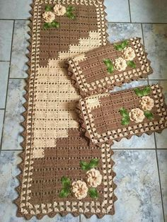 Crochet Kitchen Rug: Sets of Rugs and Walkthroughs Granny Square Häkelanleitung, Granny Square Crochet Pattern, Crochet Flower Patterns, Crochet Flowers, Knitting Patterns, Crochet Table Runner, Crochet Tablecloth, Crochet Doilies, Crochet Kitchen