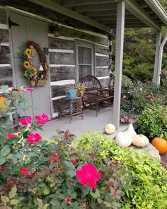If ThE wOrLd HaD a FrOnT pOrCh. for lovers of porches, Cabin Porches, Decks And Porches, Front Porches, Rustic Porches, Country Porches, Rustic Cabins, Log Cabins, Hill Country Homes, Country Farm