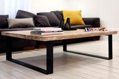 Drewniany stolik kawowy w salonie