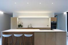 cozinha-minimalista-madeira-e-branco
