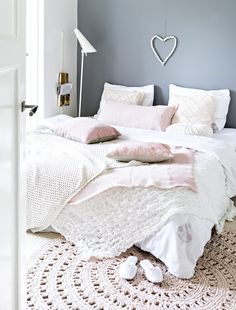 ChicDecó | Soft and feminine bedroom in white, grey and pink. Pink crochet round rug. Dust pink pillows. Kim Timmerman