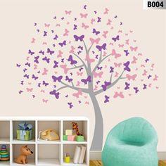 Una nube de mariposas revolotean y forman la copa de este hermoso árbol de vinilo.