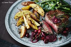 Kräuter-Steaks mit Cranberry-Schalotten, Ofenerdäpfeln und Gemüse Time To Eat, Steaks, Meat, Cooking, Food, Schnitzel Recipes, Beef, Apple, Easy Meals