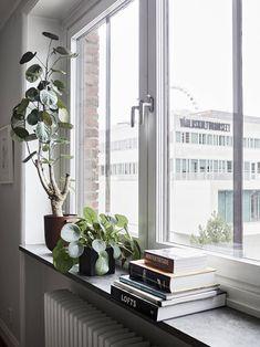 Ljus, rymlig och välplanerad 1920-talslägenhet med centralt läge - Stadshem Window Ledge Decor, Home Interior Design, Interior Decorating, Front Room Furnishings, Tranquil Bedroom, Zen Home Decor, Casa Loft, Pallet Patio Furniture, Minimalist Room