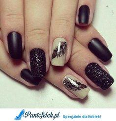 Czarne paznokcie z piórkiem