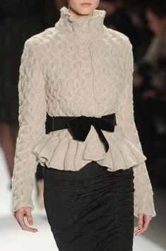 Monique Lhuillier Fall 2011 - Details . Contraste du ruban de velours sur le gilet en grosse maille...joli!