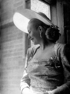 "imagen de archivo de María Eva Duarte de Perón, ""Evita"", actriz y ... Fashion Idol, Retro Fashion, Latina, Sculpture Projects, Historical Quotes, History Photos, Women In History, Perfect Woman, American History"