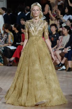 Makes me think of a harvest queen dress Valentino Paris Haute Couture Fashion Week Fall 2015 Couture Mode, Haute Couture Dresses, Style Couture, Couture Fashion, Runway Fashion, Valentino Couture, Valentino Garavani, Valentino Paris, Fashion Week