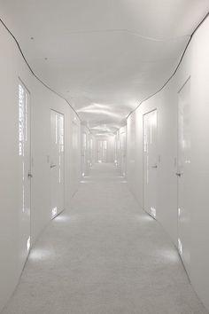 . White corridor / luminosité / profondeur / vague .