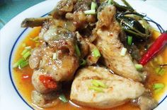 ADOBONG MANOK SA GATA AT TANGLAD ==INGREDIENTS== 1 k chicken cut into serving pieces, 1/3 c white vinegar, 2 to 3T soy sauce, 2T crushed garlic, salt to taste, 1/4 tsp. pepper (or 1 tsp. peppercorn), water, 3/4 c coconut milk, chili pepper, 1T oil, 3 stalks of lemongrass, chili powder (opt), sugar    ===========