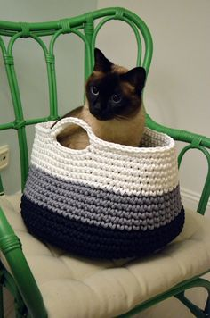 Decoración casera del ganchillo de cama de gato por CatInTheBasket