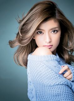 Love the hair. Looks effortlessly beautiful, but probably took quite some effort. Japanese Beauty, Asian Beauty, Beauty And Fashion, Japanese Models, Beautiful Asian Women, Pretty Face, Asian Woman, Pretty Woman, Beauty Women