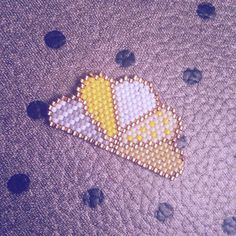 Nouvelle petite broche inspirée par @lili_azalee , la mienne est jaune   #motifliliazalee #brickstitch #jenfiledesperlesetjassume #perlesaddict