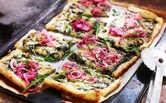 Smördegspizza med spenat och picklad rödlök Vegetable Pizza, Food Inspiration, Foodies, Vegetarian Recipes, Food Porn, Brunch, Food And Drink, Meals, Snacks