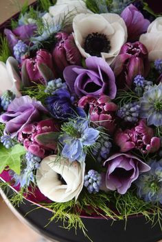 anemone, tulips and muscari! a gorgeous bouquet! Arte Floral, Deco Floral, Floral Design, Fresh Flowers, Spring Flowers, Beautiful Flowers, Spring Bouquet, White Flowers, Christmas Aesthetic Wallpaper