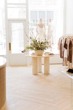 Showroom Interior Design, Retail Interior, Window Display Retail, Retail Displays, Shop Displays, Window Displays, Hotel Boutique, Retail Store Design, Retail Stores