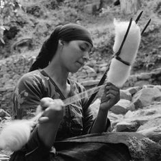 Greece, woman spinning fibers using distaff and drop spindle in Métsovon. Between 1937 and Photographer Harris, Eugene V., American Geographical Society Library, University of Wisconsin-Milwaukee Libraries University Of Wisconsin, Library University, Patriotic Images, Greece Photography, Spinning Wool, Drop Spindle, Greek History, History Photos, Photo Archive