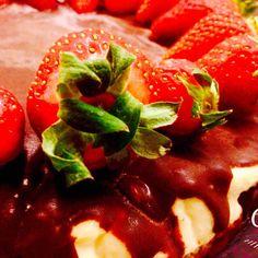Finalmente è arrivato il weekend!!! Concedetevi una bella fetta di cheesecake ricoperto di cioccolato e fragole ☺️#cheftre #amazing #beautiful #delicious #dinner #eat #eating #food #foodgasm #foodpic #foodpics #foodporn #foods #homemade #hungry #instafood #instagood #love #lunch #munchies #sharefood #TagsForLikes #yummy #yumyum #cheesecake