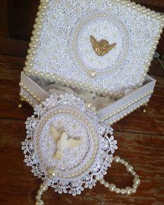 E ESSA CAIXA COM MEDALHÃO !!!⚠️MEGA NOVIDADEEE!!!⚠️CORRE LÁ NO SITE E ESCOLHA JÁ A SUA E PARTICIPE DA PROMOÇÃO FRETE GRÁTIS !!!   WWW.FEITAMAO.COM.BR Marriage Box, Photo Finder, Prayer Room, Altered Boxes, Decoupage Paper, Crafty Projects, Communion, Diy And Crafts, Decorative Boxes
