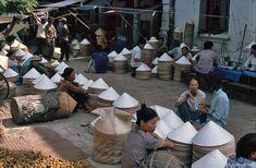 Các hàng bán nón (Nhìn có vẻ là phố Phùng Hưng) - Việt Nam 1991-1993 @Hans-Peter Grumpe. Bản quyền thuộc tác giả.