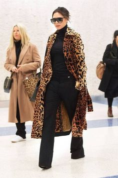 The 10 Best Coats Celebrities Are Wearing This Season – Gee The 10 Best Coats Celebrities Are Wearing This Season Celebrity Winter Coats & Jackets – Victoria Beckham Fashion Mode, Look Fashion, Womens Fashion, Fashion Trends, 50 Fashion, Fashion Ideas, Fashion Stores, Cheap Fashion, Runway Fashion