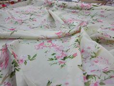 100% gelso seta tessuto floreale charmuse pura seta per abito abbigliamento, biancheria da letto scraf 45 pollici Larghezza 16.5 m/m venduti da cantiere di Feelsilk su Etsy https://www.etsy.com/it/listing/232003522/100-gelso-seta-tessuto-floreale-charmuse
