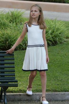 Como hace cada año, lo más seguro es que la Princesa celebre su cumpleaños con una merienda con sus familiares y amigos del colegio. Aquí la vemos en Mallorca, guapísima con un vestido blanco de estilo marinero.