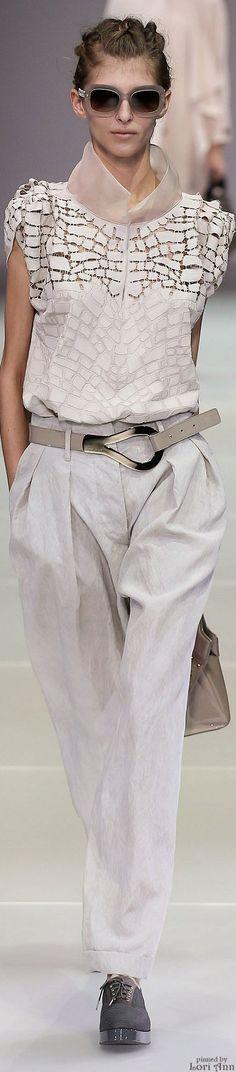 Giorgio Armani , fanática de las blusas y estos pantalones holgados