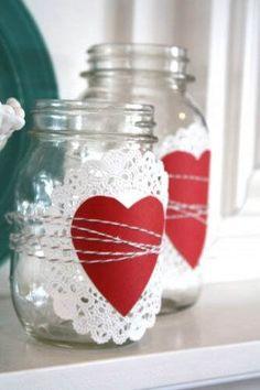Botes de vidrio decorados con corazones de papel y baker's twine #SanValentin #DIY