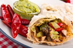 mexican chicken and beef fajitas Guacamole, High Protein Recipes, Healthy Recipes, Holiday Recipes, Dinner Recipes, Food Network Recipes, Cooking Recipes, Beef Fajitas, Whole Wheat Tortillas