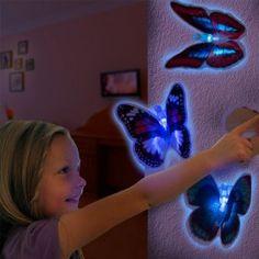 WWW.REGALOSOM.COM  Te imaginas tener pequeñas mariposas decorando tu hogar? Pues es una realidad, ya que la mariposa LED con ventosa le dará un toque de color a las estancias que tú elijas. Esta mariposa con LED dispone de dos movimientos (rápido y lento) y de diferentes colores que se van alternando.   Podrás colocarla en ventanas, cristales, etc. con la ventosa. Funciona con pilas (3 x LR44, incluidas). Medidas aprox.: 6,5 x 6 x 7 cm. Disponible en varios diseños aleatorios según disponibi