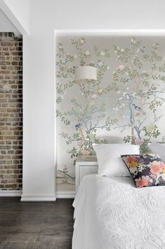 INTERIEUR Schlafzimmer From floral backdrops to contemporary graphic motifs, dress your bedroom wall Wallpaper Design For Bedroom, Wallpaper Decor, Wallpaper Ideas, Chinoiserie Wallpaper, Wallpaper Designs, De Gournay Wallpaper, Shoes Wallpaper, Wallpaper Samsung, Chinoiserie Chic